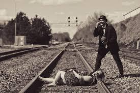 amarrada na linha do trem